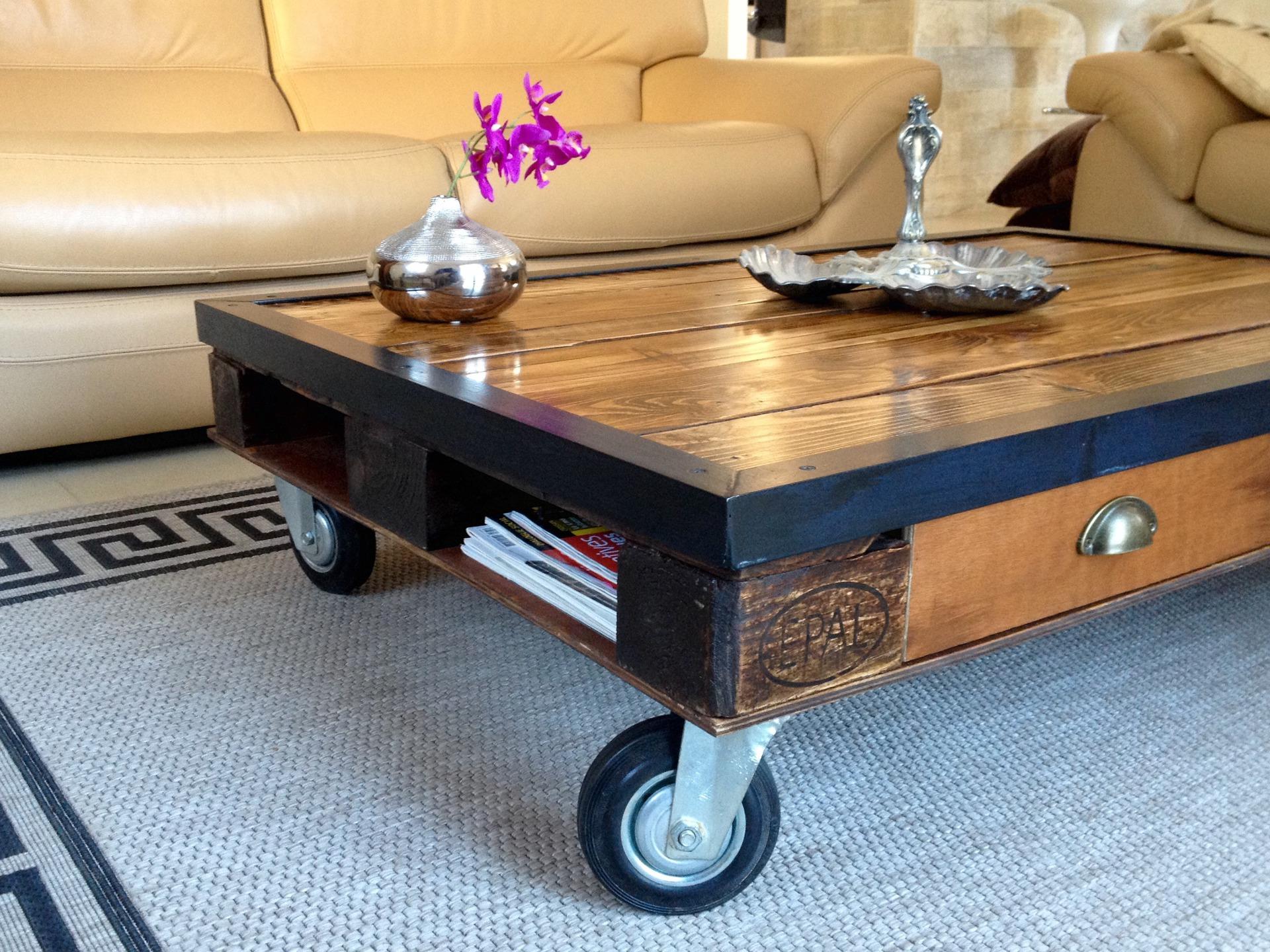 Table basse avec palette en bois massif sur roulettes - Table avec palette sur roulettes ...
