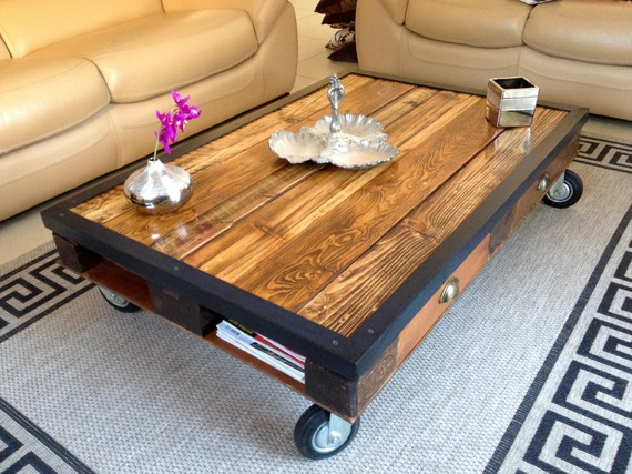 table basse avec palette en bois massif sur roulettes. Black Bedroom Furniture Sets. Home Design Ideas